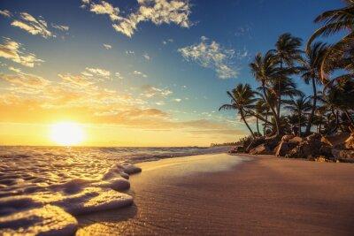 Landschaft der paradies tropischen Insel Strand, Sonnenaufgang erschossen