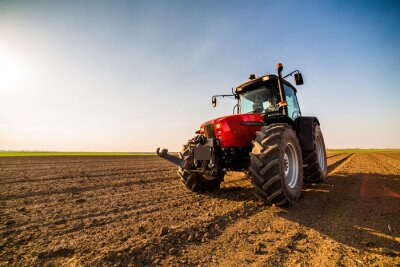 Bild Landwirt befruchtet Ackerland mit Stickstoff, Phosphor, Kaliumdünger