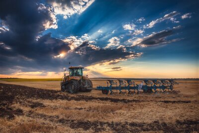 Bild Landwirt in Traktor Vorbereitung Land mit Kultivator