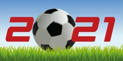L'année 2021 avec un ballon de football posé sur la pelouse d'un terrain pour symboliser le lancement de la nouvelle saison de compétition.