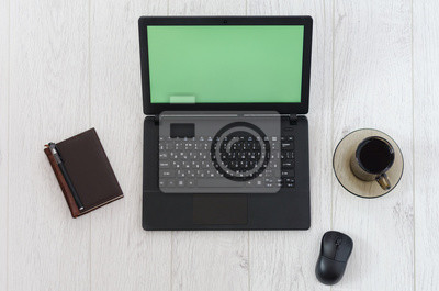 Laptop, Computer-Maus, eine Tasse Kaffee und Notebook auf dem Hintergrund einer Holztisch. Draufsicht