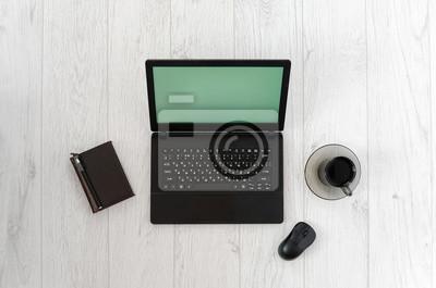 Laptop, Computer-Maus, eine Tasse Kaffee und Notebook auf einem Holztisch. Draufsicht
