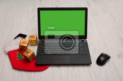 Laptop, Maus, Telefon und Weihnachtsschmuck, Schreibtisch