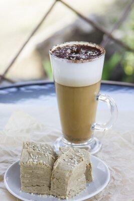 Bild Latte Halva Ungewöhnliche orientalische heiße Kaffee-Cocktail in einem Café