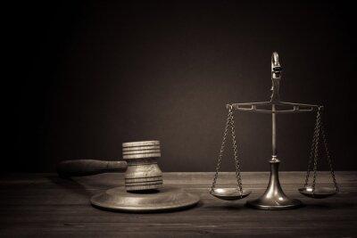 Bild Law Waage, Richter Hammer auf dem Tisch. Symbol der Gerechtigkeit