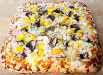Leckere Pizza mit sortierten Toppings