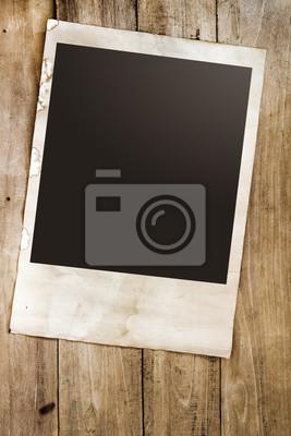 Bild Leere Instans Papier Foto von Polaroid-Kamera auf Holztisch - Vintage und Retro-Stil