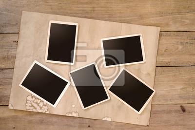Bild Leere Instanten Album auf Holztisch. Papier Foto von Kamera - Vintage und Retro-Stil