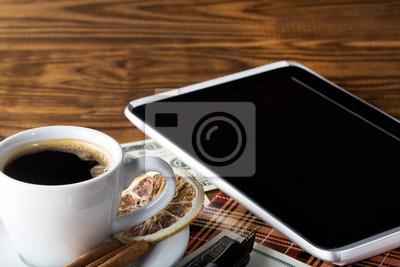Leere Tablet PC und einen Kaffee und Notizbuch, Stift, Dollar, Stift