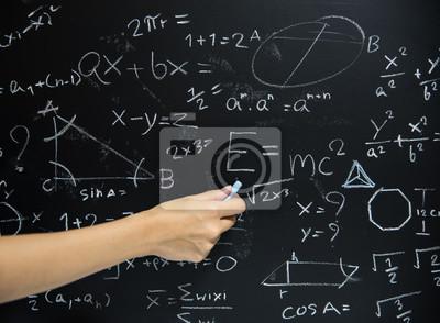 Bild Lehrer Hand gezeichnet Mathematik auf Tafel.