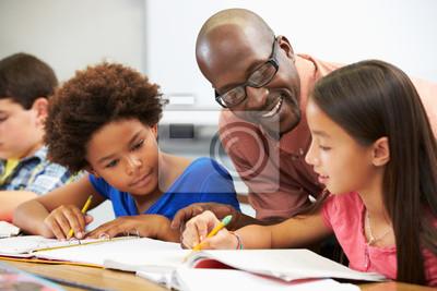 Bild Lehrer helfen Schüler Studieren an Schaltern im Klassenzimmer