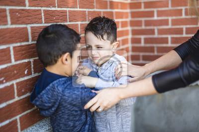 Bild Lehrer Stoppen Zwei Jungen Kämpfen Im Spielplatz