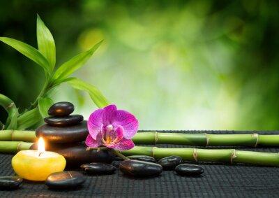 lila Orchidee, Kerzen, mit Steinen, Bambus auf schwarz matt