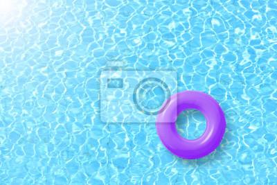 Bild Lila Schwimmbecken Ring schwimmen im blauen Wasser und Sonne hell. Konzept Farbe Sommer.