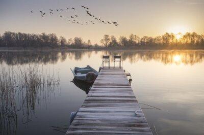 Bild łódka zacumowana zimą weiß drewnianego pomostu