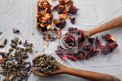 Bild Löffel mit verschiedenen Arten von trockenen Teeblättern auf hellem Hintergrund