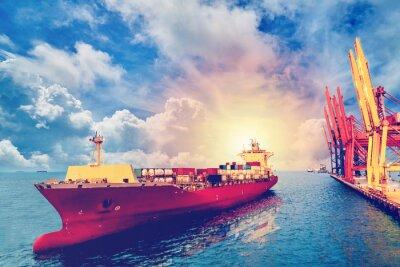 Bild Logistik und Transport des internationalen Behälter-Frachtschiffs mit Hafenkranbrücke im Hafen für logistischen Import exportieren Hintergrund- und Transportindustrie. Weinlesefarbe.