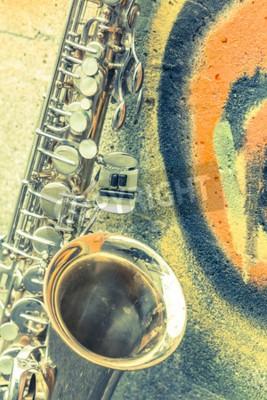 Bild Lone alten Saxophon lehnt sich gegen Backsteinmauer außerhalb verlassenen Jazz-Club