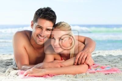 Lovers liegend auf dem Strand
