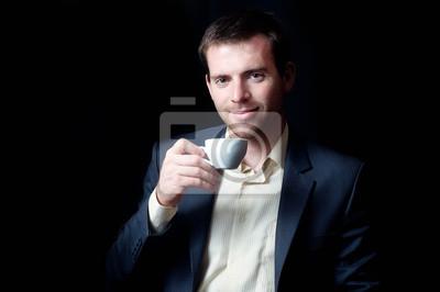 Low-Key-Porträt eines Unternehmens Mann trinkt Kaffee