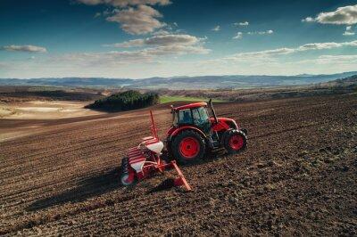 Bild Luftaufnahme der auf dem Erntegebiet arbeitenden Traktoren