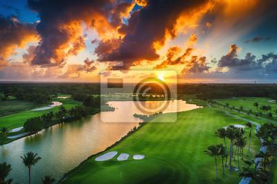 Luftaufnahme der tropischen Golfplatz bei Sonnenuntergang, Dominikanische Republik.