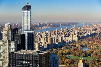 Bild Luftaufnahme des Central Park im Herbst mit Upper West Side in Manhattan, New York City. Die Aussicht umfasst Midtown Wolkenkratzer, den Hudson River und die George Washington Bridge.
