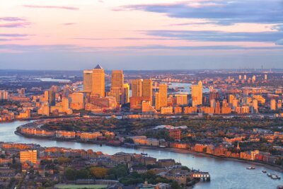 Bild Luftaufnahme des östlichen Londoner Finanzbezirks der Canary Wharf Docklands, die durch Themse-Fluss umkreist werden, mit Gebäuden, die durch bunten Sonnenuntergang beleuchtet werden