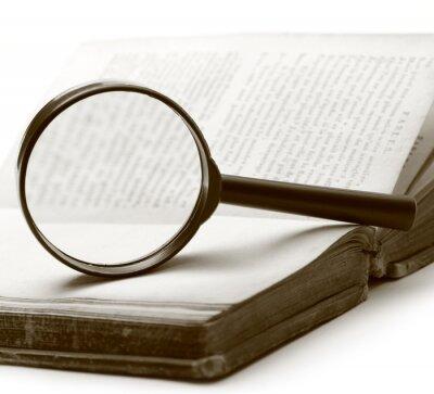 Bild Lupe und alte Buch auf dem weißen Hintergrund