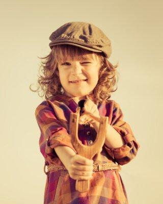 Bild Lustige Kind Schießen hölzerne Schleuder