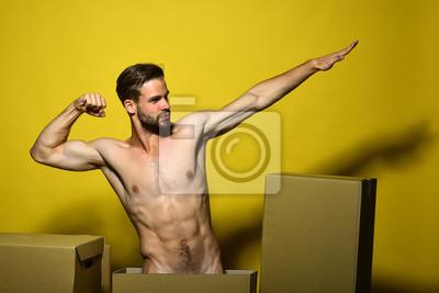 Bild Macho mit ernstem Gesicht zeigt Muskeln.