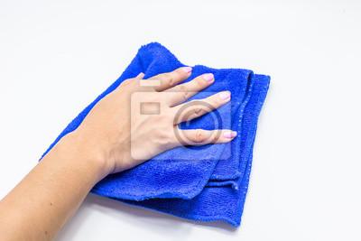Mädchen Hand mit einem Mikrofaser-Wischtuch