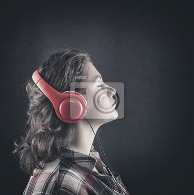 Mädchen hören Musik zu Kopfhörern