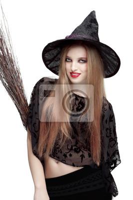 Mädchen in Hexenkostüm mit einem Besen