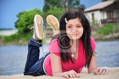 Mädchen Liyng am Strand