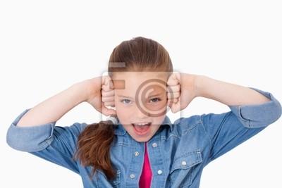 Mädchen mit den Fäusten auf ihr Gesicht