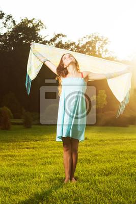 Mädchen mit einem Schal auf die Natur