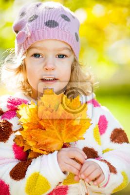 Mädchen mit gelben Blättern