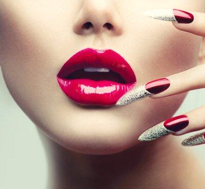 Bild Make-up und Maniküre. Red Long Nails und Red Glossy Lippen