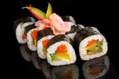 Bild Maki Sushi serviert auf schwarzem Hintergrund