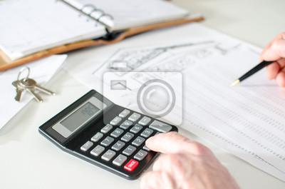 Bild Makler Analyse der Finanzplanung eines Hauses