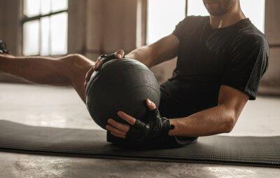 Bild Man doing abs exercise with medicine ball