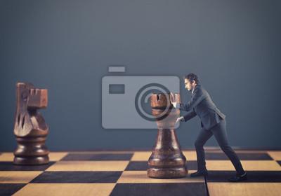 Man drückt Schachfiguren