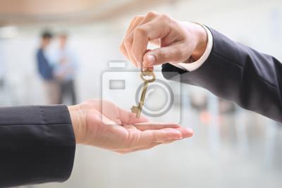 Man gibt Frauen einen goldenen Schlüssel im Büro