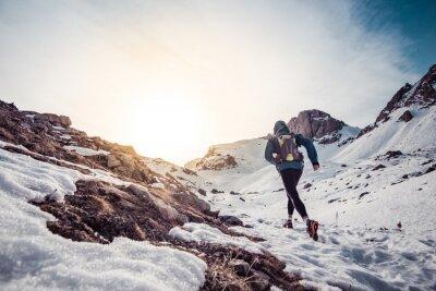 Bild Man läuft auf dem Schnee auf einem Berg