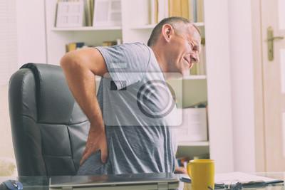 Bild Man leidet unter Rückenschmerzen