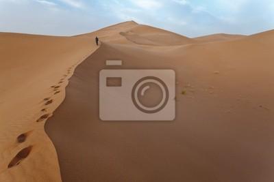 Man oben auf den Dünen in der Sahara.