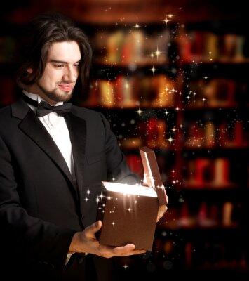 Man Öffnen einer Geschenkbox