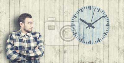 Man schaut auf eine Uhr