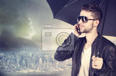 Man spricht über sein Handy in der regen
